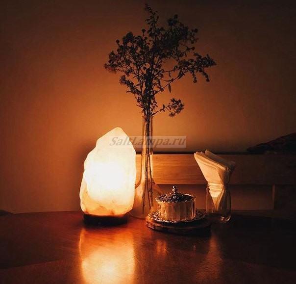 Solevaya-lampa-skala-vecher